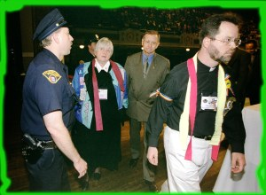 Absolutt-biskoper arrestert-United Methodist Bishops Susan Morrison (left, center) and Joseph Sprague are arrested by Cleveland Police after blocking a session of the denomination's 2000